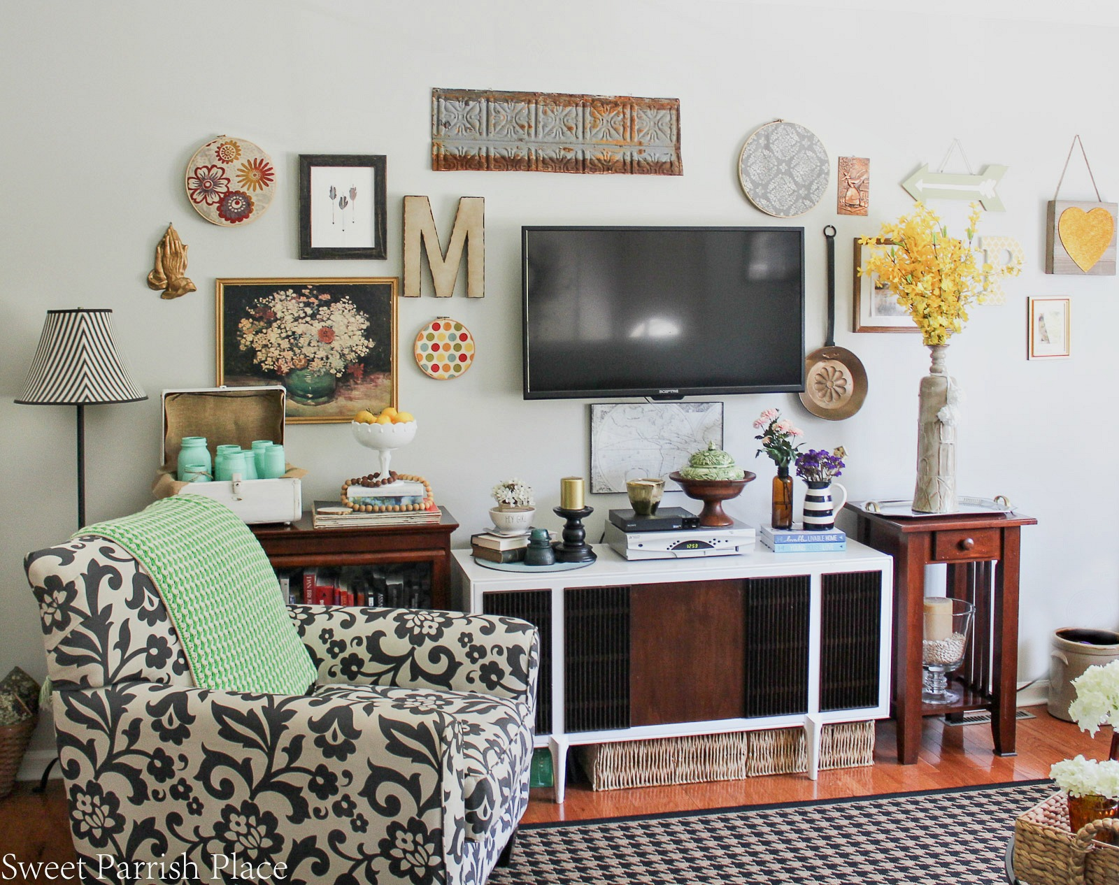 summer home tour gallery wall