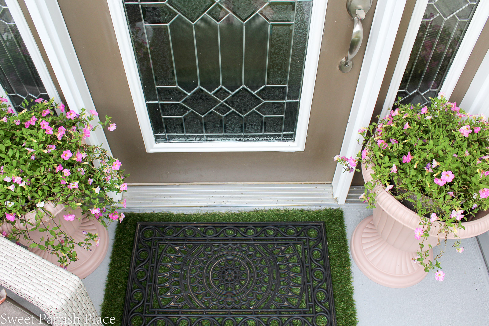 layered rugs on summer front stoop