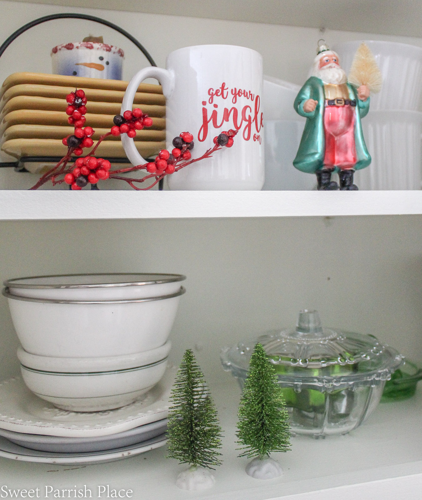 Christmas in my new kitchen- Christmas decorations on shelves