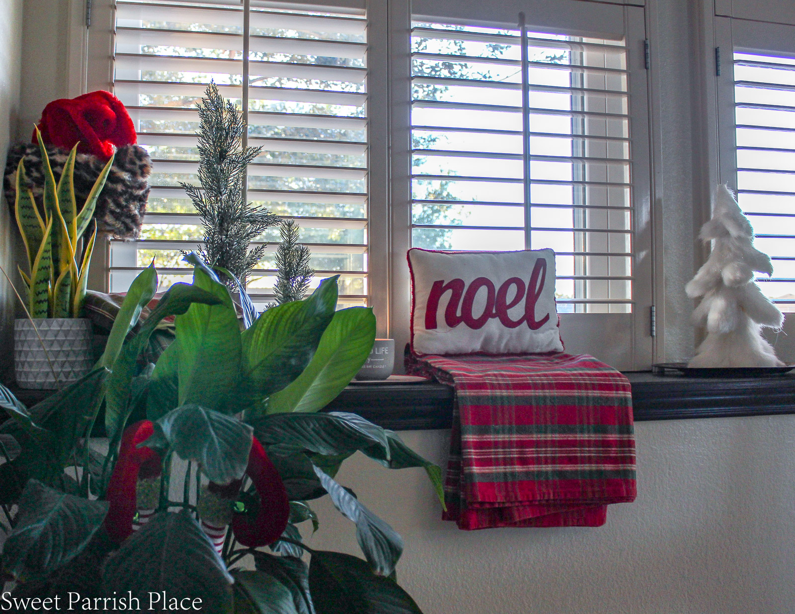 traditional Christmas breakfast room window ledge decor
